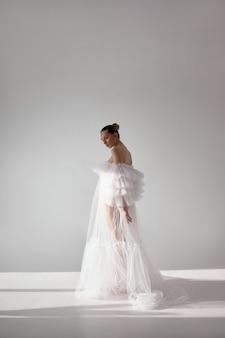 Романтичная красивая женщина в легком платье