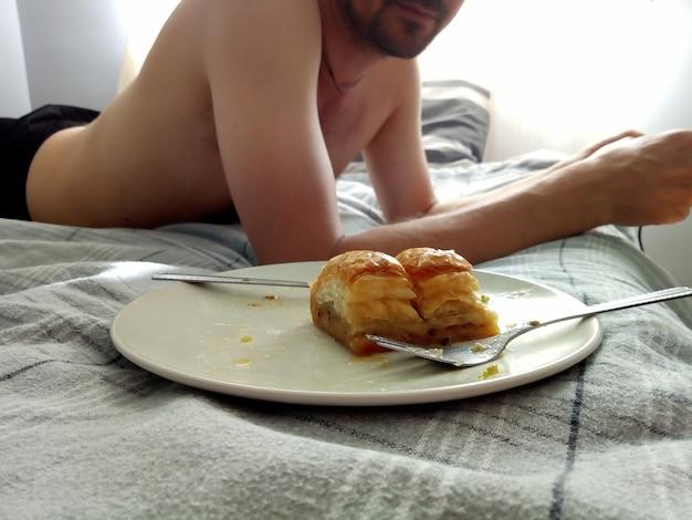 Романтический завтрак в постели для пары сладкая пахлава из рахат-лукума на тарелке