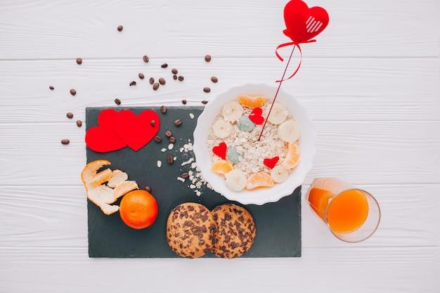 Романтический завтрак с креветками и фруктами