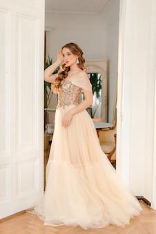 Романтическая невеста в интерьере