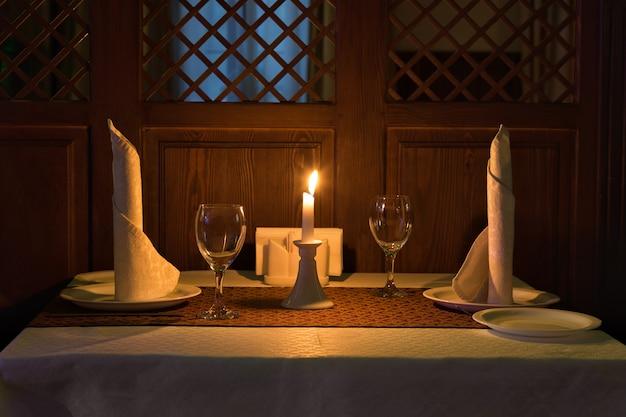 レストランでのロマンチックなキャンドルライトディナー