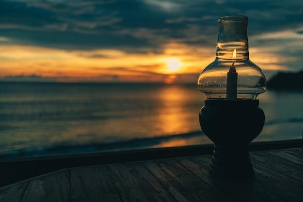 暗い夕焼け空とロマンチックなキャンドル。ロマンチックなディナーのコンセプト。