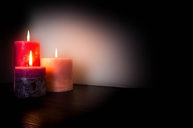 Романтическая фоновая текстура при свечах, концепция валентина с пространством для красного текста