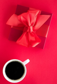 Романтический праздник образа жизни и концепция подарка на день рождения роскошная подарочная коробка красоты и кофе на красной плоской подошве