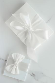 Романтический праздник образа жизни и концепция праздника роскошные свадебные подарки на мраморе