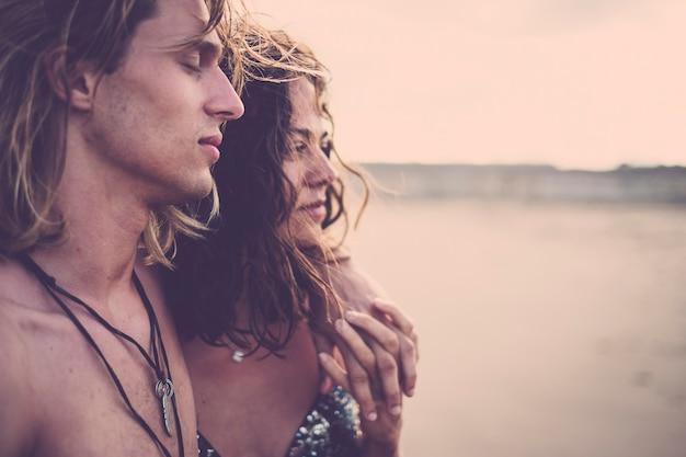 夏の夜にビキニを着た美しいモデルのカップルが屋外で抱き合い、気持ちよく過ごすためのロマンチックなコンセプト