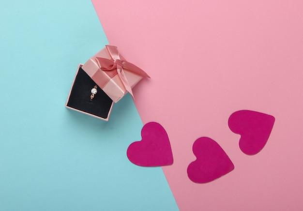 ロマンチックなコンセプト。ボックスにダイヤモンドが入ったゴールデンリング