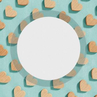紙の背景に木製の心とロマンチックなコンセプト