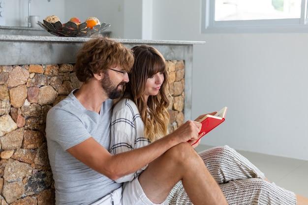 집에서 로맨틱 커플. 매력적인 젊은 여자와 잘 생긴 남자는 함께 시간을 보내고 즐기고 있습니다.