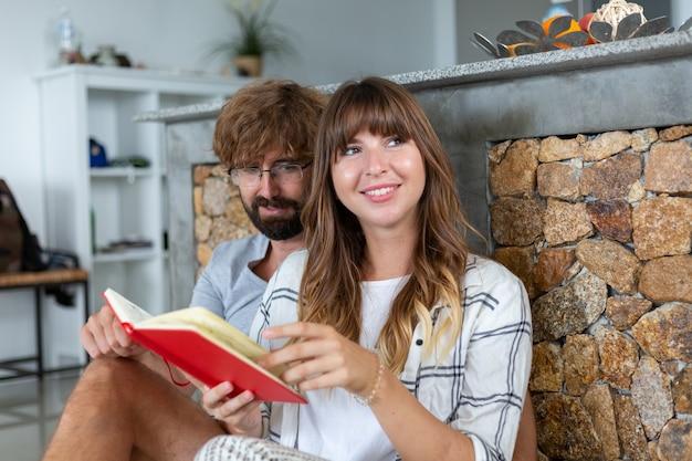 집에서 로맨틱 커플. 매력적인 젊은 여자와 잘 생긴 남자는 함께 시간을 보내고 즐기고 있습니다. 무료 사진