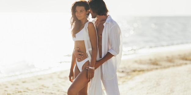ロマンチックなカップルビーチ夏休み休暇のコンセプト
