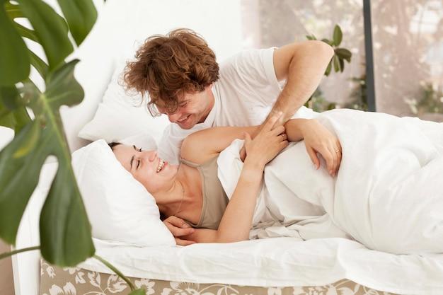 ロマンチックなカップルが一緒に満足しています。