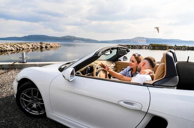Coppia romantica in auto
