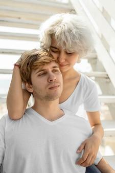 Романтическая пара в объятиях под солнцем на открытом воздухе