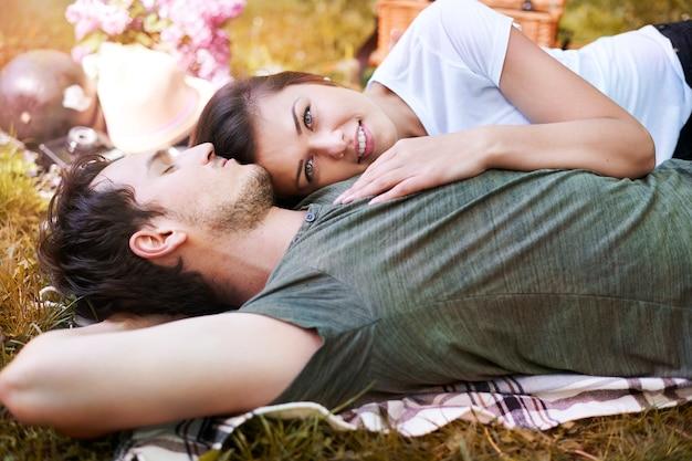 공원에서 피크닉을 즐기는 로맨틱 커플