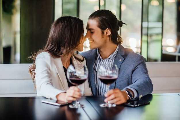 카페 관계와 낭만적인 시간에서 저녁 식사를 즐기는 로맨틱 커플