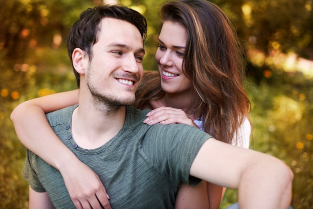 公園で楽しむロマンチックなカップル