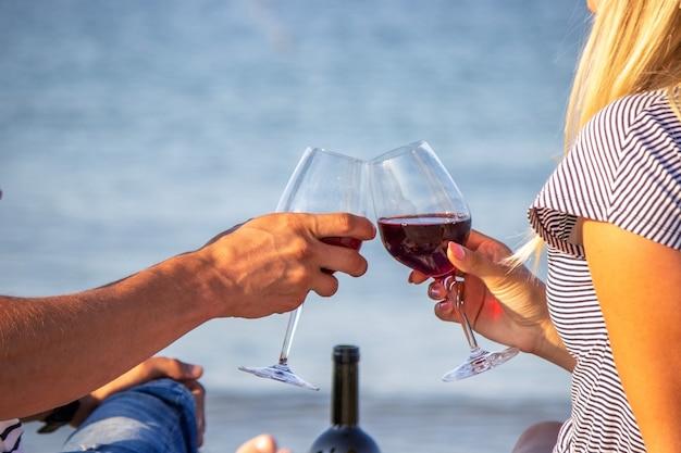 海でワインを楽しむロマンチックなカップル