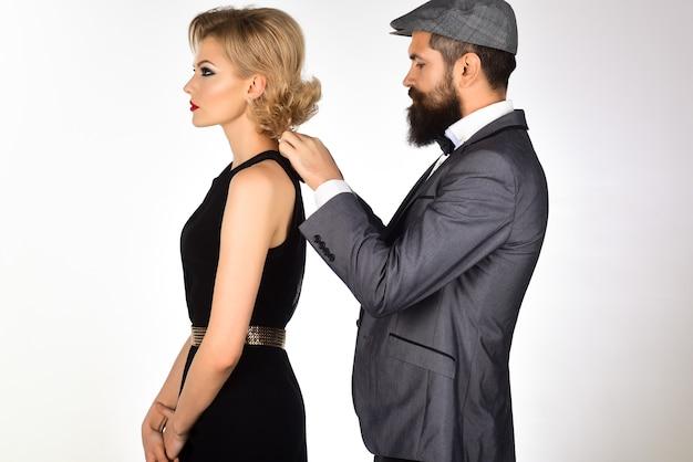 ロマンチックなカップルのファッションカップルの愛の概念ハンサムなファッショナブルな男はドレスの魅力的な女の子を固定します