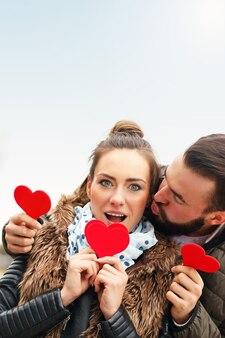 心を楽しんでいるロマンチックなカップル Premium写真