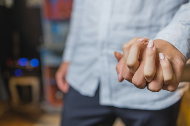レストランで夕食時にお互いの手を握ってロマンチックなカップル。