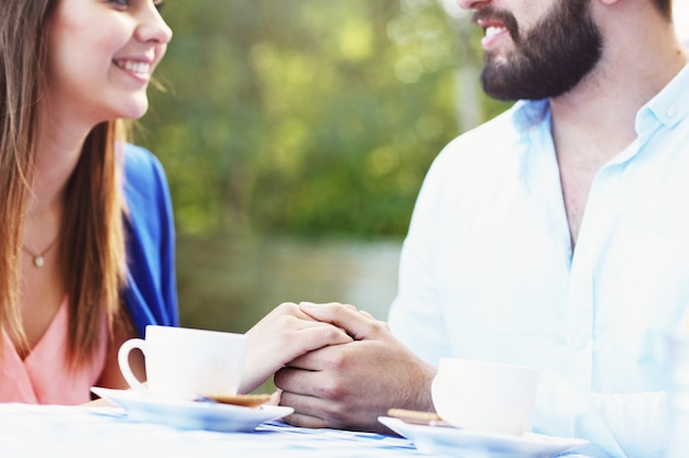 카페에서 손을 잡고 로맨틱 커플