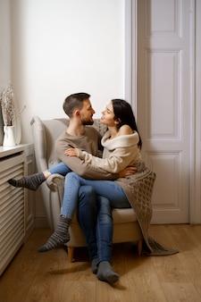 Coppia romantica a casa. una giovane donna attraente e un uomo bello stanno godendo di trascorrere del tempo