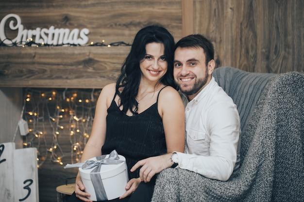 ギフトボックス付きセーターでロマンチックなカップル