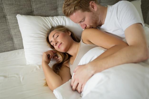親密なベッドでロマンチックなカップル