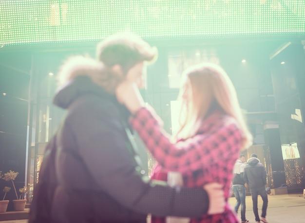 夜の街のロマンチックなカップル
