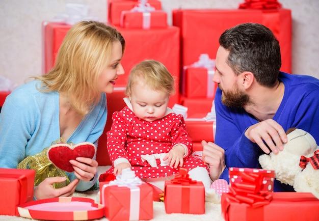 恋と女の赤ちゃんのロマンチックなカップル。バレンタインデーのコンセプト。バレンタインデーに一緒に。バレンタインデーを祝う素敵な家族。幸せな両親。幸せな瞬間を楽しんでいます。家族は彼らの愛を祝います。