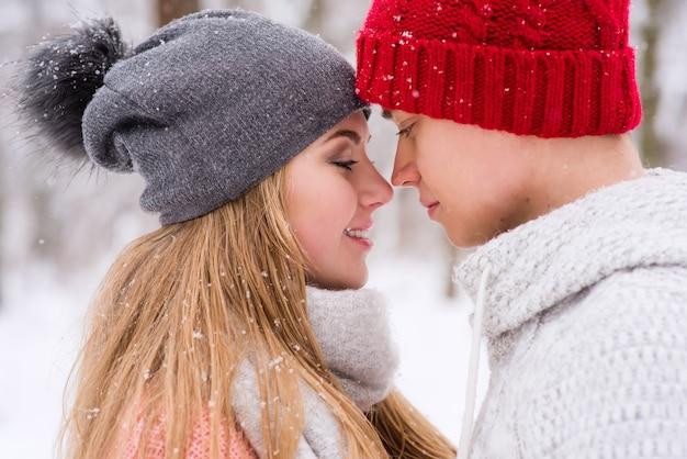 Романтическая пара в любви и объятия зимой на открытом воздухе