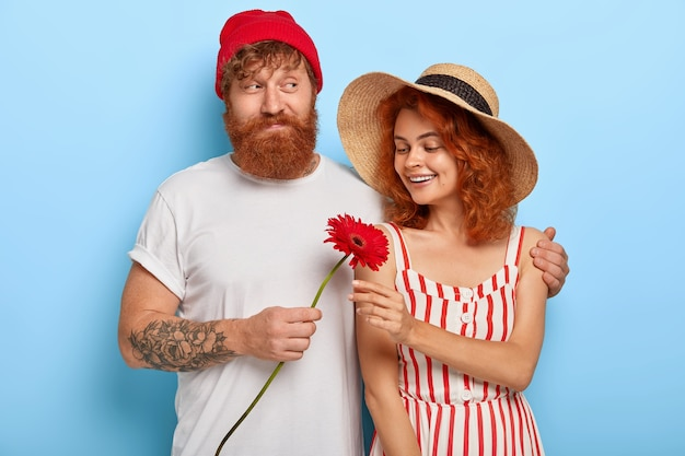 Романтичная влюбленная пара испытывает любовь друг к другу, бородатый рыжий парень с любовью обнимает девушку