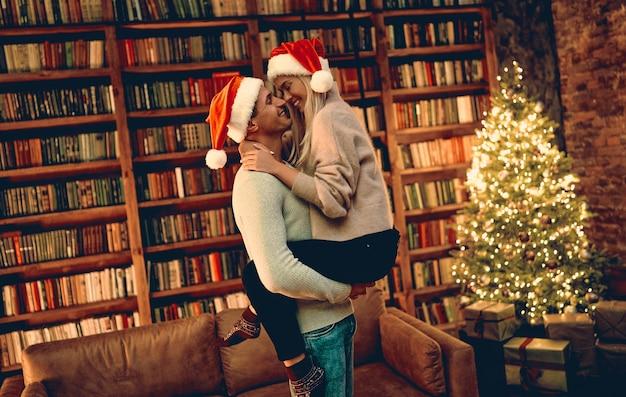 크리스마스 또는 새해를 함께 보내는 로맨스에 대해 행복을 느끼는 사랑에 빠진 로맨틱 커플