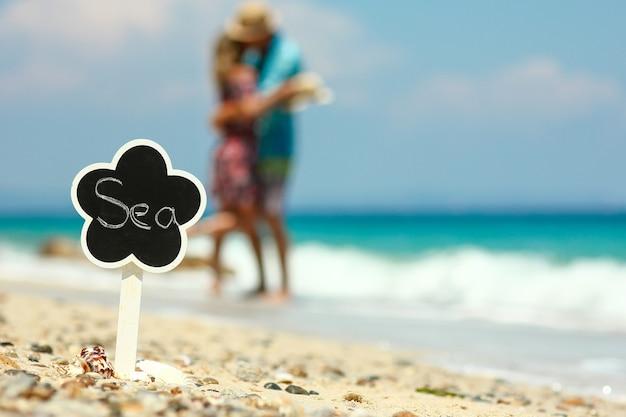 해변 개념 바다에서 사랑에 빠진 로맨틱 커플