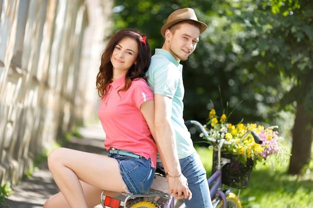 Романтическая пара в любви, езда на велосипеде