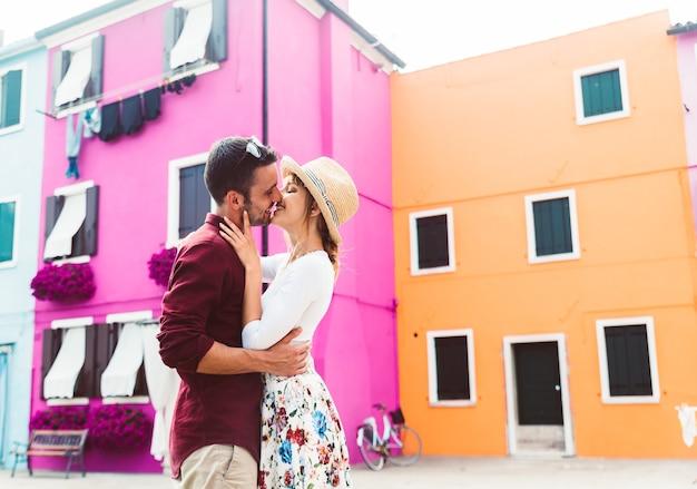 Романтическая пара поцелуев в венеции, италия
