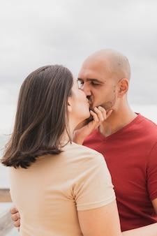 ロマンチックなカップルがキス
