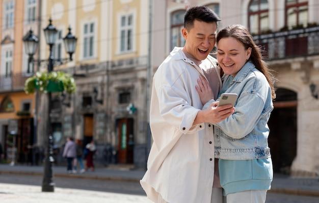 電話を見ているロマンチックなカップル