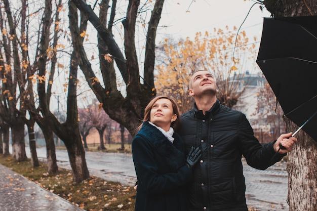 Романтическая пара, глядя в небо после дождя