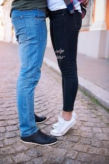 街でロマンチックなカップルの瞬間