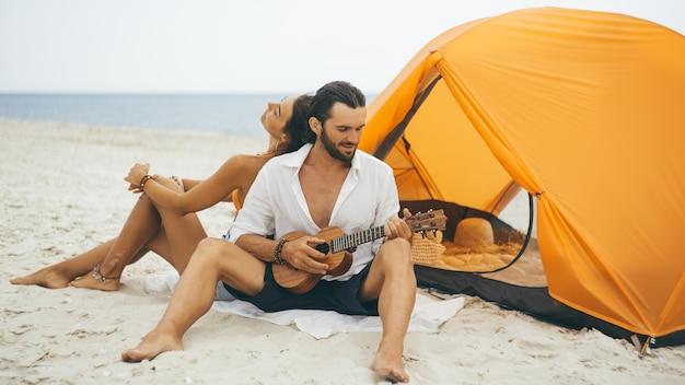 해변에 텐트 근처 로맨틱 커플