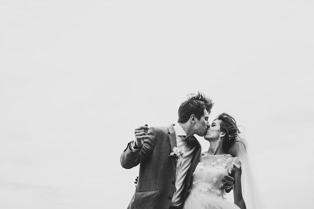Романтическая пара молодоженов, жених и невеста, поцелуи