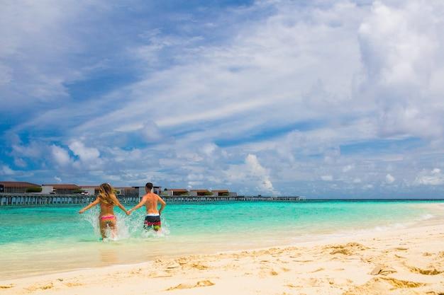 熱帯の楽園の島での休暇を楽しんでいるロマンチックなカップル