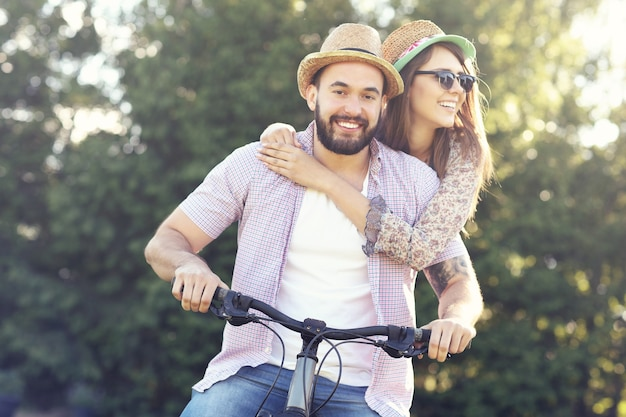 森の中で自転車に乗るロマンチックなカップル