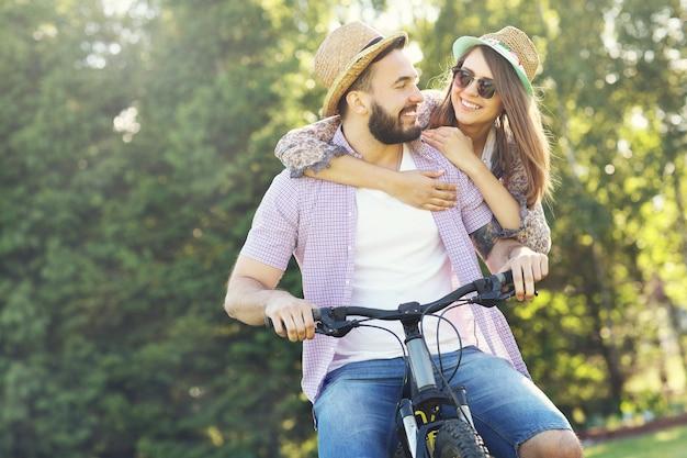 自転車に乗るロマンチックなカップル