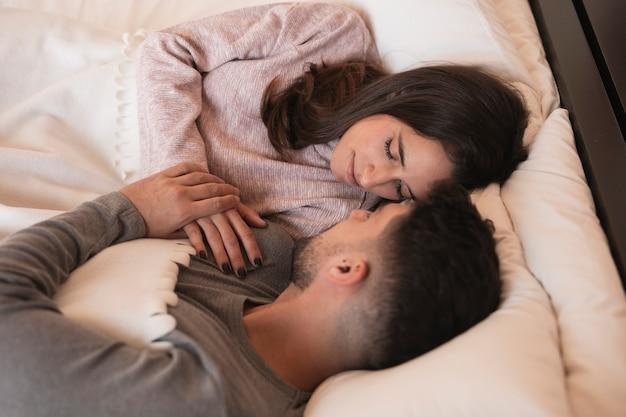 寝ているロマンチックなカップル