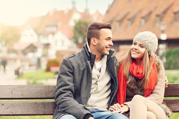 外で時間を過ごすロマンチックなカップル