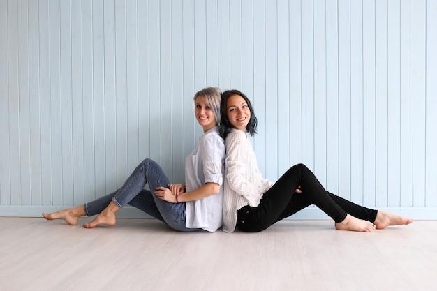 Романтическая пара, проводящая время вместе дома
