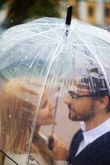 傘の下でロマンチックなカップル